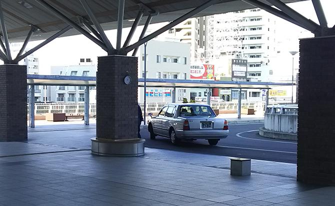 タクシー乗り場を抜け