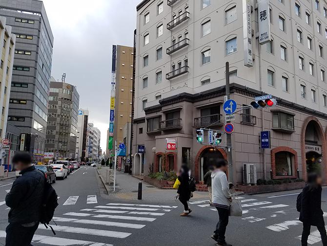 右折したらそのまま直進して大通りの信号を渡ります。