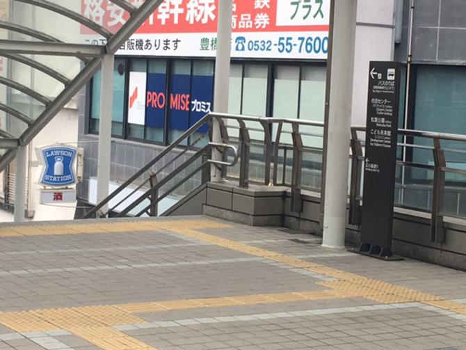 突き当りまで進んだら左側の階段を降ります