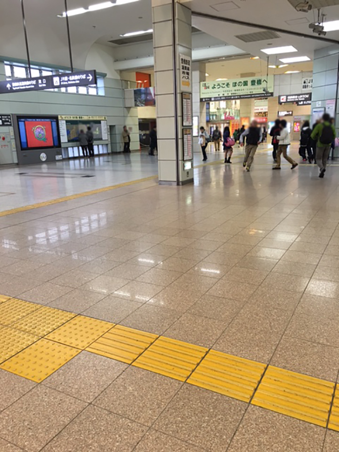 JR/名鉄「豊橋駅」改札を出たら右手側に進みます