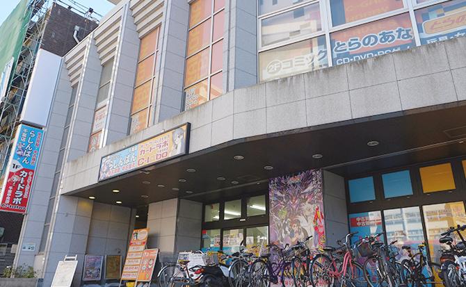 そのまま直進すると、右手にカードラボ千葉中央店が!
