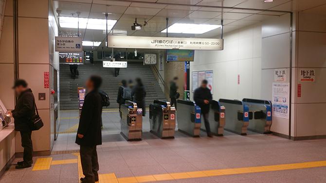 JR京都駅八条口の改札を出てすぐの八条通地下横断歩道を通り、直進すると京都アバンティが見えます。