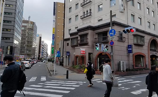 右折したらそまま直進して大通りの信号を渡ります