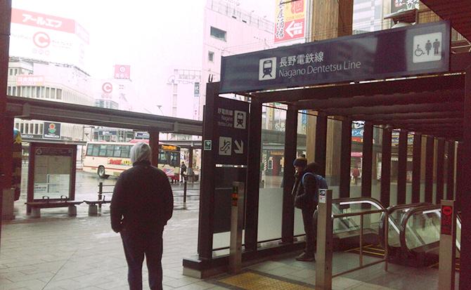 長野電鉄線入口方面のエスカレーターを降りて下さい