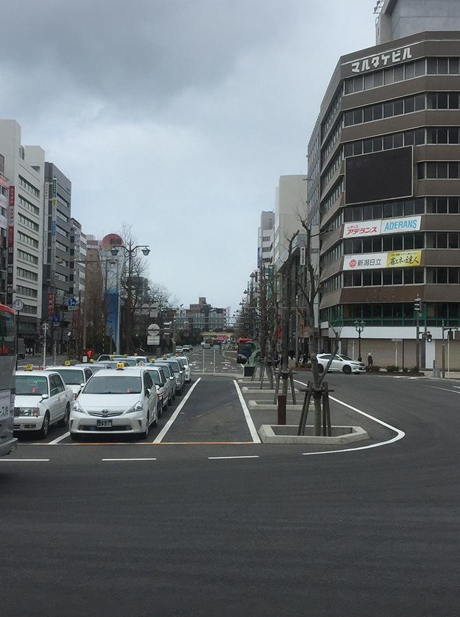 新潟駅万代口から出て、正面大通りの右手側をまっすぐ歩きます