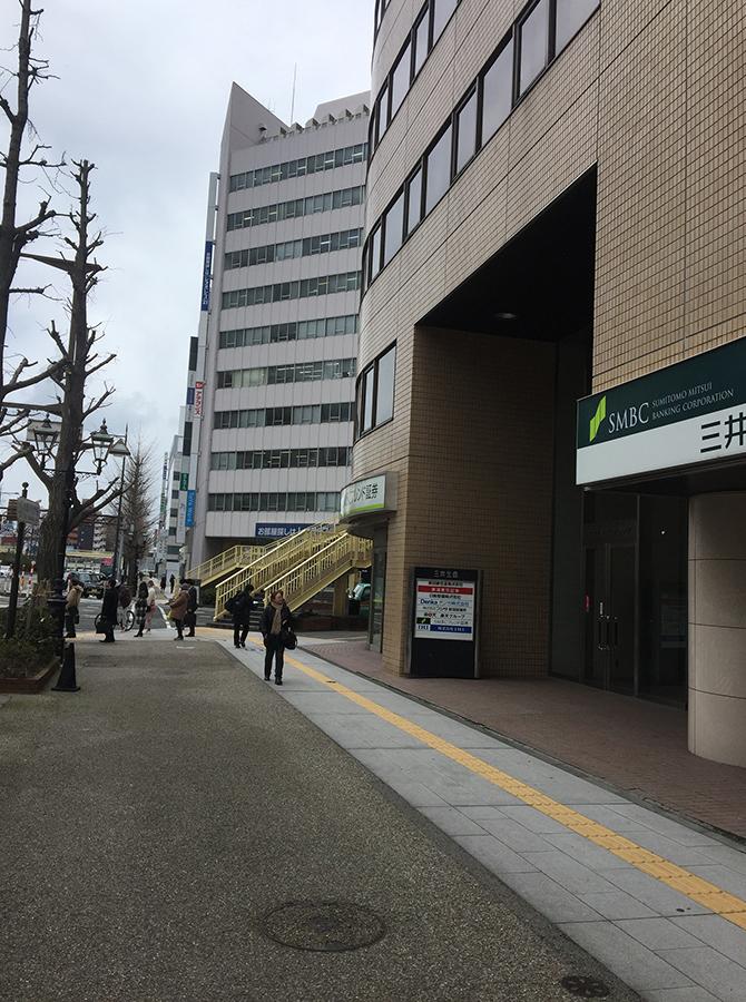 右手側に「三井生命新潟ビル」のあるところで右に曲がります
