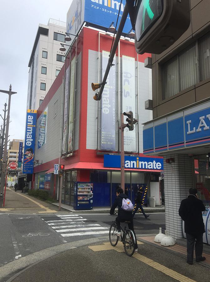 そのまま直進するとローソンが見えます。向かいにアニメイト新潟店があります。同じビルの2階です
