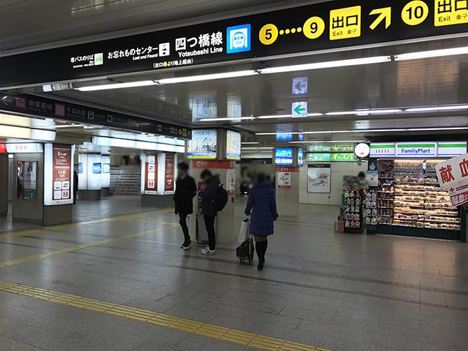 なんば駅南南改札口を出て右方向、ファミリーマートさんを目印に、階段を上がってください。