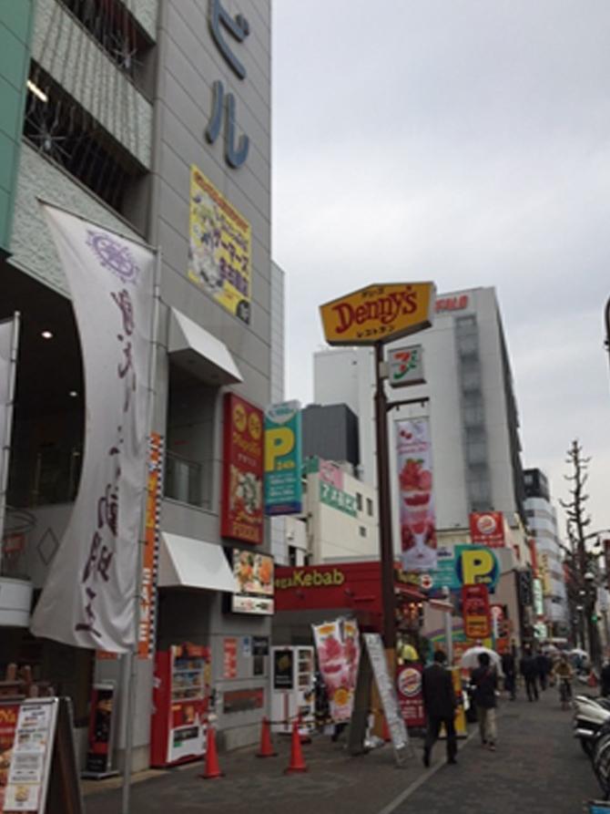 信号を1つ渡った先の左手に万松寺ビルが有るので(デニーズの看板が目印です)