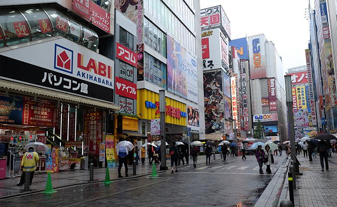 JR秋葉原駅改札を出て、左に進みます。右手にラジオ会館の看板が見えますのでそちらに向かってください