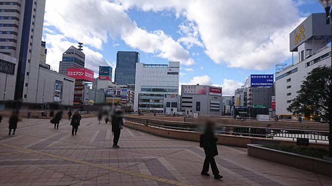 仙台駅2F出口を出て左手側、奥のPARCO2さんの前までお進みください