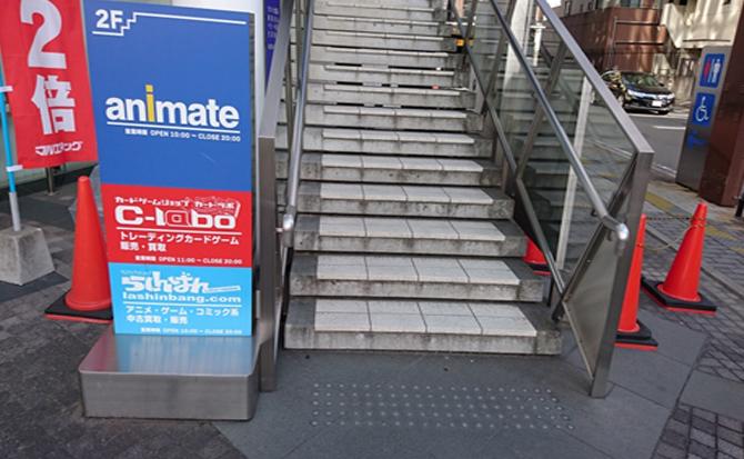 交差点を越えた先に看板がありますので、そのまま2階までお進みください