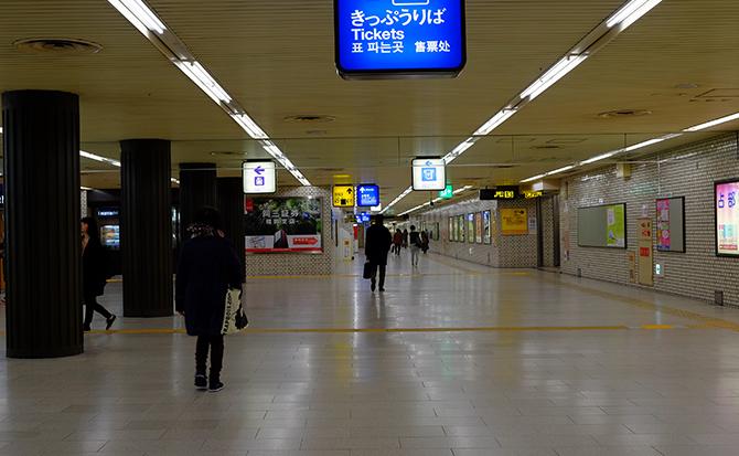 地下鉄空港線「天神駅」改札を出ます