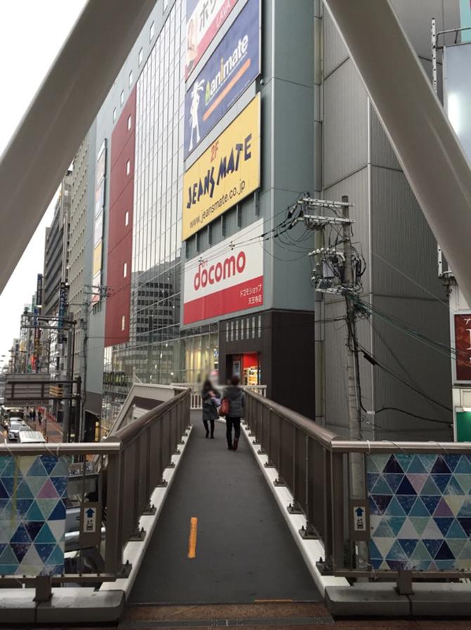 アニメイトの看板が目印のビルがあり、直通通路から中に入り4階へ上がって下さい
